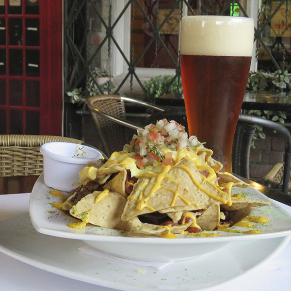 Big Nachos: con chile con carne, pollo y quesos.